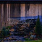 kamenny vodopad s osvetlenim